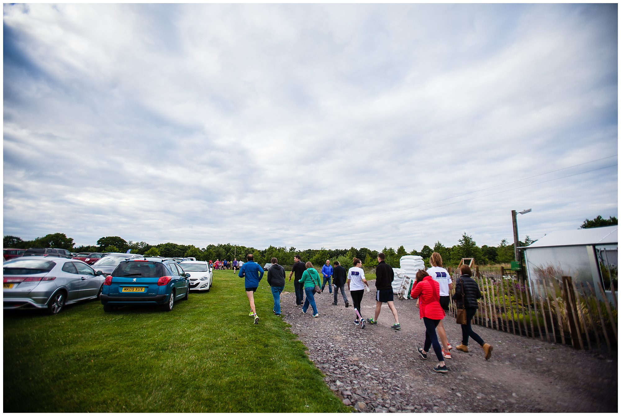 runners ans supporters making their way to the start line - adeford lake event photographer