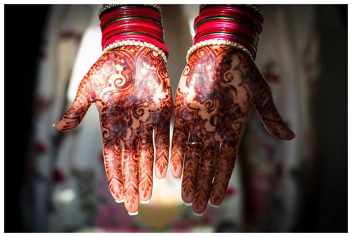 henna painted hands in incredible sunshine, indian themed wedding, wedding photographer bicester